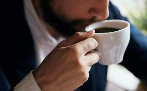 uống cafe vào buổi sáng