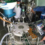 máy chiết rót và đóng nắp chai (4)